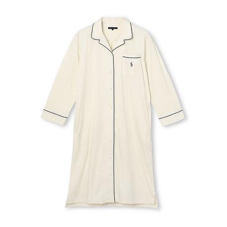 [型番:60701807]上質なオーガニックコットンを使用したスリープドレスです。適度な伸縮性と弾力性に富んだスムース素材を用いることで、柔らかく滑らかな肌触りに仕上げています。生地とパイピングの上品な配色が魅力です。リラックス感がありつつもフェミニンな印象で着ていただけます。同シリーズでテーラードパジャマとガウンもご用意しています。