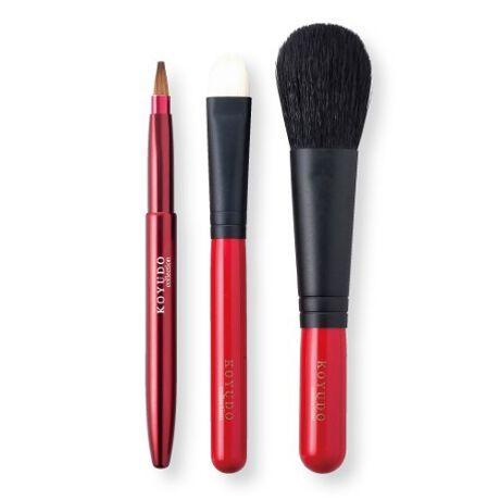 [型番:NB-3set-R]大人のメイクを演出する、赤と黒の配色のメイクブラシセット。全長が短いため化粧ポーチに収納できるサイズです。チークブラシとアイシャドウブラシは山羊毛を使用しています。程よくコシがあり使い方により濃さを調節できます。リップブラシはイタチ毛を使用しています。耐久性が高くコシの強いイタチ毛は様々なリップの形状にピタッとラインを引くことができます。