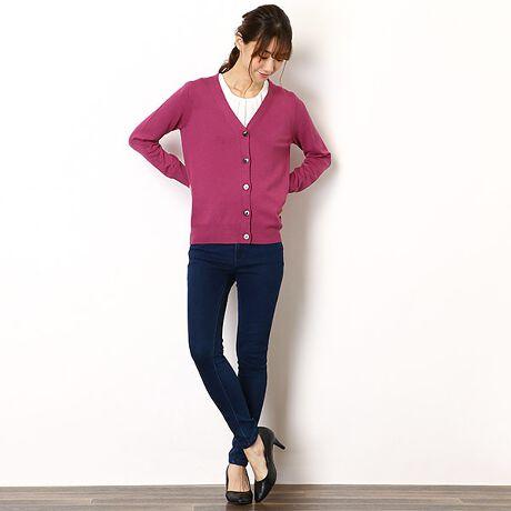 ■Vネックカーディガン■コーディネートのポイントになる差し色から、合わせやすい定番色まで選べる5色展開。羽織としても、ボタンを留めてセーターとしても着られて便利な一枚です。毛羽立ちの少ないサラッとした肌触りのカーディガンは、季節問わず着られ、幅広いシーンで活躍してくれます。◇「長くキレイに着られる」こだわりポイント◇・型崩れしやすい袖口や裾には、ストレッチ糸を一緒に編み込み、型崩れをしにくい仕様にしました・ボタンを留めてセーターとして着て頂く際、ボタンが外れにくいようボタンホールは小さめの設計にしました◇素材◇・シーズン問わず着られる、サラッとした肌触り・安心のご自宅お手入れ◇オーストリアの繊維メーカー「レンチング社」が開発したサステナブルなビスコース繊維「エコヴェロ」を使用したニットシリーズ◇レンチング社エコヴェロ繊維は・一般的なビスコース繊維より、製造工程で発生する二酸化炭素排出量と水質汚染を最大50%軽減・再生可能資源である木材を原料としたパルプを用いて生産・環境に配慮した繊維としてEUエコラベル認証を取得サラッとした肌ざわりのニットシリーズなのでシーズンレスで着用でき、環境に配慮したファッションを年間通じて楽しめます。エコヴェロシリーズは他にもミドル丈Vネックカーディガン(商品番号 WW776-16003)5分袖パーツ付きセーター(商品番号 WW836-16031)をご用意しております。※素材の性質上、多少収縮する可能性が有ります。洗濯後、形を整えて干して下さい。※自動乾燥機(タンブラー)のご使用はお避け下さい。※長時間の浸漬や濡れたままの放置は避け、、すぐ形を整え日影干しして下さい。※他色のご用意もございます[型番:BN94DX610]