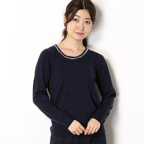 アールユー(ru)の【アウトレット18FW】装飾付きクルーネックセーター。■装飾付きクルーネックセーター■◇ポイント◇首まわりには、細やかで繊細な印象の装飾をあしらったクルーネックセーター。あったか素材で毛玉になりにくく、きれいに長く着て頂ける仕様に拘りました。ジャケットのインナーにも、カジュアルなスタイリングにも幅広く活用して頂けます。◇素材◇・チクチクしにくい優しい着心地・安心のご自宅お手入れ◎・身体から生じる汗などの水蒸気を吸収し発熱する加工素材※この製品は素材の性質上、汗や雨で湿った場合、摩擦により他の物に色が移ることがあります。特に雨に日の着用は避けて下さい。※この商品は、デリケートな素材を使用しております。着用や洗濯を繰り返すことにより、ピリングが生じることがあります。1日着用したら2日休ませるなどローテーションを考えて着用して下さい。[型番:BK84DS613]