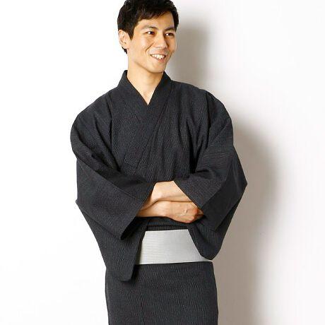 びさるの(浴衣)(Visaruno)の単品ゆかた(綿 先染め ストライプ)。昔ながらの細かいストライプの浴衣。綿100%の柔らかい生地感でとても着心地の良い浴衣です。※コーディネートで使用している帯・下駄・巾着は別売りです。[型番:VY72TTY10R]