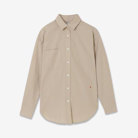 [型番:81036002]■商品紹介■R-ISMリズム定番で人気のコクーンシャツ。ビックシルエットでリラックスムードのシャツは引き続きトレンドの1枚です。今シーズンは使いやすいベージュの無地と2色のストライプの展開です。ベージュはツヤがあり細い高級コットン糸を高密度で織り上げたタイプライター素材を使っています。タプライター素材はぎっしりと目が詰まっているのでハリコシがあり大変丈夫です。表面は高級コットン独特のツヤがありキレイ目な印象になります。ストライプは先染めのサテンストライプ。サテンストライプとは普通の編地にサテン織りをストライプ状に行うことによってサテン織りの部分=ストライプの部分がはっきりと浮きでてきます。シルクのような光沢としっとりした上品で柔らかな風合いに仕上げています。■コーディネイト■リラックスしたシルエットで着心地よくシーンを選びません。ビックシルエットのためインナーにカットソーや薄手のニットとのコーデも可能。カーディガン風に織ることもできます。ボトムはスキニーパンツでバランスの良い着こなしやワイドパンツでリラックスムード。スカートコーデはフロントインですっきりした着こなしや、オーバーブラウスでベルトを使ったコーディネイトもGOODです。コットン100%なのでオールシーズン着まわせます。■商品特性■素材の厚さ:普通素材の透け感:透けない素材の光沢:やや光沢がある素材の伸縮性:なしシルエット:コクーン型 ビックシルエット■コンセプト■【R-ISM リズム】自然体で生きることが美しいというホリスティックビューティーの考え方を元に、忙しい日々のなかで大切なことのバランスを考える大人の女性のためのブランド。心やすらぐ空間に馴染む洋服を提案。*撮影環境により光の当たり具合で色味が違って見える場合があります。 *商品画像はサンプルのため、色味やサイズ、プリントの位置、仕様などに変更がある場合があります。 *取扱いの注意については取扱い表示をご確認の上、着用をお願いします。