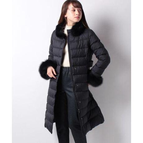 [型番:1907657]襟と袖口にフォックスファーをあしらったエレガントなロングダウンコートです。ハイウエストを軽くシェイプしたシルエットがきれいなデザインです。 ※特別提供品とは・・・季節を限定して、お求めやすい価格でお客様に提供している商品です。品質、縫製、作業工程は通常商品と同様に作っております。※ファー部分は素材の特性上、個体差があるため風合いが異なります。※比較対照価格はメーカー希望小売価格です。