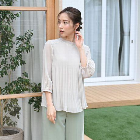 シフォン素材は柔らかな見た目・軽い・シワになりにくいといった特徴があり、ふんわりと優しい印象に。<特徴>・ゆったりとしたサイズ感・プリーツ加工でスッキリ見え・前後2WAYで使える・身ごろは生地2枚重ねで透けにくいスタイリングは細身パンツやタイトスカートにあわせるのがおススメです。袖丈(cm):XS 39、M 42、L 42、3L 42、5L 42、7L 42着丈 前(リボン側)/後ろ (cm):XS 53/51、M 58/56、L 59/57、3L 60/58、5L 61/59、7L 62/60※蛍光増白剤が入っていない洗剤を使用して下さい。※長時間の浸漬や濡れたままの放置は避け、洗濯後すばやく干して下さい。※形をととのえてから干して下さい。※引掛けには充分御注意下さい。※この商品は、素材感と風合いを重視したデリケートな素材を使用しています。激しい運動など強い力が加わらないようにご注意下さい。※この商品は、長時間強い光に当たると変退色の恐れがあります。お洗濯の後は風通しの良い日陰か、直接日光の当たりにくい室内で干してください。保管の際も日差しを避けるようにしてください。[型番:BB11KA315]※画像の商品はサンプルです。実際の商品とは色味、仕様、加工、サイズ、素材等が若干異なる場合がございます。