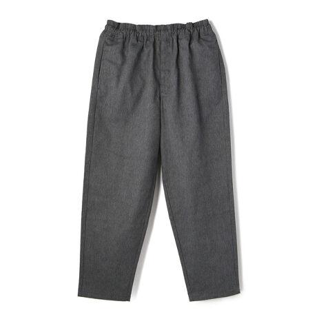 """ショットのTC CHEF PANTS/シェフパンツ。Schottでも、絶大な人気を誇るシェフパンツ。今シーズンは、太番手で綾織りされた耐久力のある厚く丈夫なTCのカツラギを使用。カツラギは雨露が流れやすく、古くからワークスタイルの分野で広く使われてきました。より目が立つ素材なので、カジュアルに相性がいいことから採用しています。現代的なスタイリングにもマッチするイージーで足元を選ばないテーパードシルエットが特徴的な1本便利なウエストドローコード、サイドポケットや両バックポケットを採用快適な着心地を約束しますまさに、オールシーズン着用可能な万能アイテムです※ウエストは最大値で選ぶより、余裕を持たせたサイズ感をオススメします■お使いのパソコンのモニターによって、実物商品とカラーが異なって見える場合があります。誠に申し訳ございませんが、ご理解下さいます様お願いいたします。■当ショップの在庫数は 直営店舗の商品も含まれています。在庫数が日々変動する為、ご注文頂いた時点で在庫が完売になっている場合がございます。■サイズ表は、製品の生地や織りなどの特性により、多少の誤差はございます。予めご了承ください。【Schott/ショット】 ライダースジャケットの代名詞ともいえるSchottの歴史は、1913年、ニューヨークでアーヴィン・ショットジャックショットの兄弟によって始まった。当初はレインコートを作る工場だったが、1928年に世界で初めてフロントジッパーを採用したライダースジャケット「Perfecto」シリーズを発売。ボタン仕様しかなかった当時、画期的なジャケットとして話題となり、その後のライダース史に大きな影響を与えた。そして、Schottの名を世界に知らしめたのが50年代に発表された星型のスタッズをエポレットに配した伝説のモデル""""ワンスター""""だ。 この新作こそが、映画『ザ・ワイルド・ワン(邦題「乱暴者」』で、マーロン・ブランドが纏ったと言われているモデルである。その後もラモーンズやセックスピストルズをはじめ、多くのロックミュージシャンに[型番:3116039-30]にある。"""