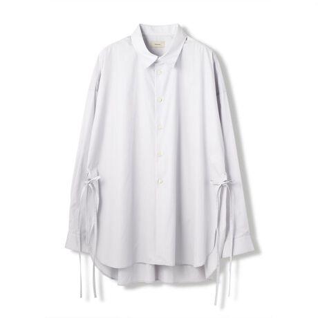 """ガーデンのToironier/トワロニエ/ブロード ルーズシャツ。トワロニエから シャツの登場です。店頭で瞬殺だった商品ですがオンラインのみ特別に用意しました。爽やかなホワイトのブロードシャツです。特徴は両サイドのコードでそのままで着用も良し。 コードで前や後ろで絞っても良し提案としてはタックインして着て頂いても雰囲気抜群今期お勧めのアイテムです。【Toironier/トワロニエ】2017FWデビューブランドのコンセプト(ブランド名(造語)の由来でもある)デザイナーの創造を形にする上で最も重要な要素のひとつであるパターン。フランスでは、立体からパターンを創り出す""""TOILISTE""""(トワリスト)と、平面からパターンを創り出す""""PATTRONIER""""(パトロニエ)が、その重要な役割を担っている。『Toironier』は、その2つの欠かす事の出来ない要素と素材に拘りを持つブランド。デビューコレクションは、「GARDEN」「吾亦紅」のみで展開[型番:183173018-85]"""
