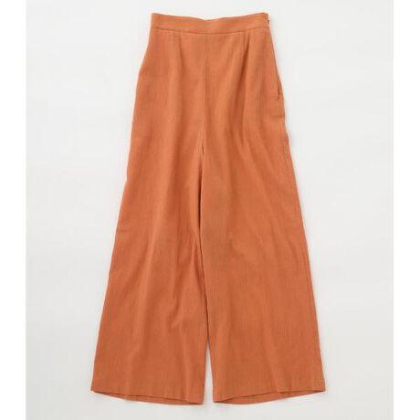 [型番:070DA031-0120]easy straight pants〈イージーストレートパンツ〉綿100%の強撚糸を使用したドライタッチの薄手素材を使用したイージーパンツ。楊柳クレープの凹凸感とキャッチワッシャー加工によるシワ感の相乗効果で、より清涼感を際立たせています。この加工により、天然素材ながらに洗濯後でも表面感のキープを実現させています。ワイド感と丈感のバランスもよく涼しく着れるアイテムなので、夏の万能アイテムです。キャミソールやTシャツ、ルーズなトップスなどいろんなアイテムとコーディネートしやすいBLACK BY MOUSSY一押しボトム〇ハンドウォッシャブル仕様070DA030-0110 long slit camisol〈ロングスリットキャミソール〉と同素材セットアップになります。