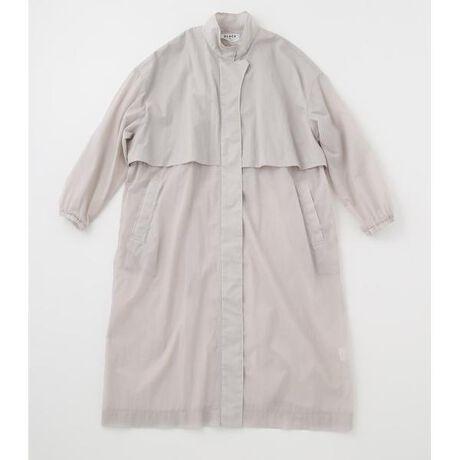 [型番:070DS530-0330]nylon stand collar coat<ナイロンスタンドカラーコート>スタンドカラーの軽さのあるコートは撥水性がありながらも透け感のあるナイロン100%の素材を使用しています。柔らかい表面感で着心地の良さも特徴の一つです。軽くて、シワになりにくく、持ち運びにも便利なので旅行やアクティブシーンにもオススメ。