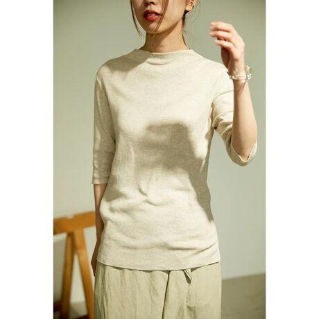 [型番:070DS370-0330]washable bottle neck sheer knit tops(ウォッシャブルボトルネックシアーニットトップス)blkby定番のウォッシャブルシリーズから新素材が登場!浅めの鎖骨が隠れるぐらいのボトルネックで、ハイネックが苦手な方でも着やすいデザイン。袖口にも小さくスリットが入っていて、女性らしく見えるシルエットが今の時期から春先まで大活躍のトップスです。Supima Cotton70%、Superfine Merino Wool30%の細番手の糸を総針編みで仕立てた新ウォッシャブルニット。春に向けての一押しアイテム◎【Supima cotton】アメリカ南西部のアリゾナ州などで栽培される35mm以上の長い繊維長をもつ高級綿のこと。吸湿性が高く、柔らかくしなやかな風合いで、絹のような美しい光沢感がある。コットンは繊維長が長いものほど高級とされており、アメリカ産で最高級の品質を誇るのがピマ・コットンで、「スーピマ」は、Superior pima(高級ピマ)の略。【Superfine Merino Wool】羊毛の中で最高級とされるメリノウール。混じりけのないメリノウールは保温性が高くあたたかく、しなやかで柔らかいのが特徴。スーパーファイン・メリノウールとはメリノウールの中でも特に良質な部分だけを刈り取ったもの。非常にきめ細かい毛で美しく柔らかく軽くチクチク感が全く無い。※着用の商品はサンプルです。実際の商品と仕様、加工、サイズが若干異なる場合がございます。