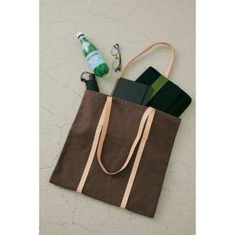 [型番:070EA355-0120]《WEB限定商品》long shoulder tote bag(ロングショルダートートバック)【デザイン・スタイリング】レザーの持ち手やがポイントのトートバッグが登場しました。A4サイズがしっかり入るので普段使いにおすすめの一点です。シンプルなデザインなので、どんなコーディネートにも合わせやすいです。【素材】本品は素材の特性上色落ちしやすいため、着用(使用)時に他の衣類や雑貨、家具類に色移りする事があります。特に汗や雨等で湿った状態では、色落ちが顕著になります。白淡色との組み合わせは避け、お取り扱いには十分ご注意下さい。※着用の商品はサンプルです。実際の商品と仕様、加工、サイズが若干異なる場合がございます。