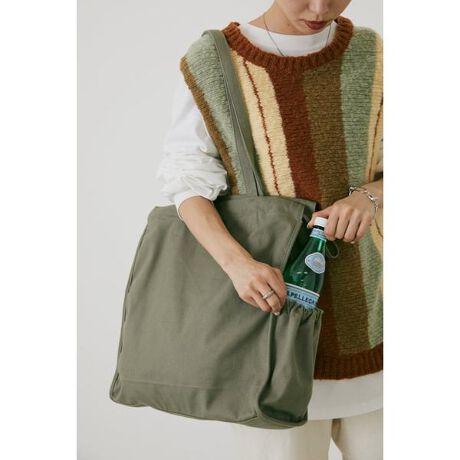 [型番:070EA355-0130]《WEB限定商品》drawstring bag(ドゥローストゥリングバック)【デザイン・スタイリング】シンプルなデザインのトートバッグで季節に問わず一年中使えるマストアイテムです。ポケットが両サイドに二つあり、分けて収納することで、取り出し簡単の優れものです。日常、通勤通学、ちょっとした買い物、ピクニック、マザーバッグとしてもおすすめです。【素材】本品は素材の特性上色落ちしやすいため、着用(使用)時に他の衣類や雑貨、家具類に色移りする事があります。特に汗や雨等で湿った状態では、色落ちが顕著になります。白淡色との組み合わせは避け、お取り扱いには十分ご注意下さい。※着用の商品はサンプルです。実際の商品と仕様、加工、サイズが若干異なる場合がございます。